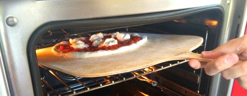 Μεταφέροντας την pizza από το MyPizza Peel στο MyPizza Slab