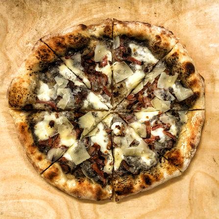 Pizza Bianca με κρέμα tartufata, bacon και φλοίδες Grana Padano!