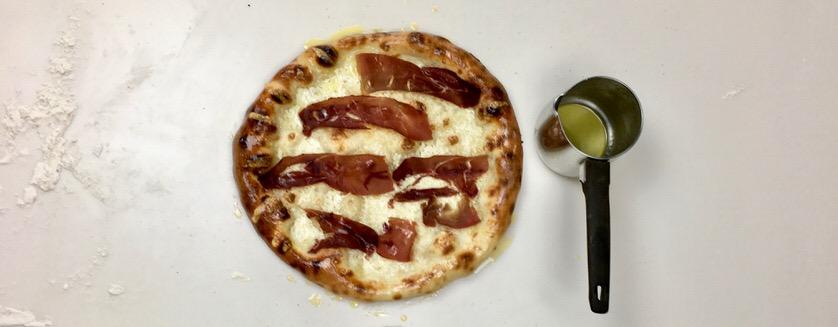 Pizza με κασέρι και παστουρμά