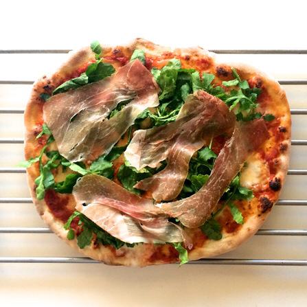 Pizza με ρόκα και προσούτο
