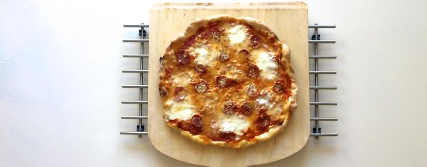 Πικάντικη pizza με σαλάμι και μετσοβόνε